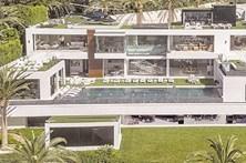 Casa de luxo inclui helicóptero e empregados