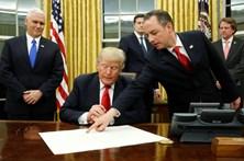 """Trump assina decreto contra o """"Obamacare"""""""