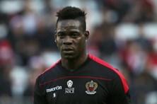 Liga francesa condena insultos racistas a Balotelli