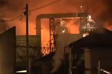 Incêndio em refinaria obriga a retirar milhares de pessoas de casa