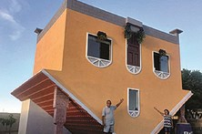Constrói casa de pernas para o ar