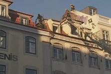 Fogo destrói cobertura de prédio no Rossio