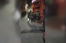 Grupo de encapuzados espanca mulher na rua