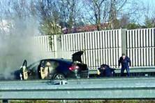 Jaguar de político em chamas na autoestrada
