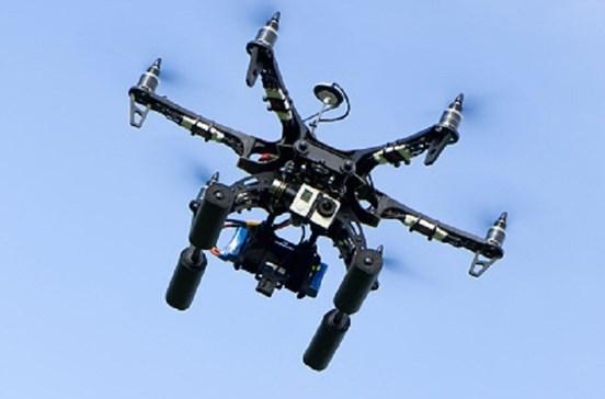 Drone a 50 metros da asa direita de avião no Aeroporto de Lisboa