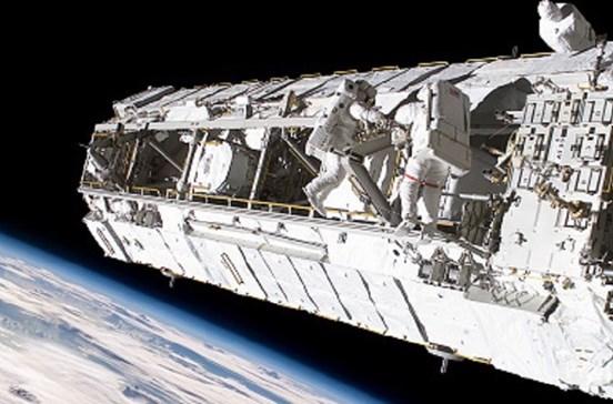 Astronautas em 'passeio' pelo espaço durante 6 horas