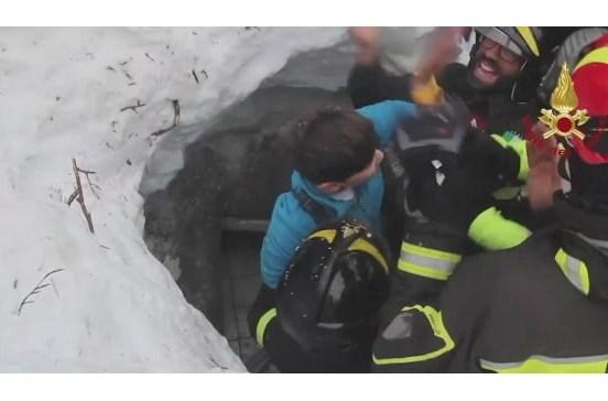 Mãe e filho sobrevivem a avalanche