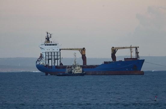 Desencalhado navio com portugueses a bordo
