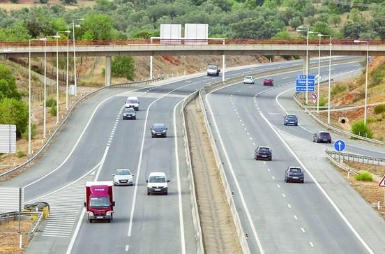 Bêbedo conduz 30 km em contramão na A22