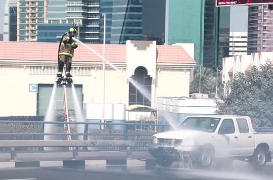Bombeiros combatem chamas em pleno voo a jato