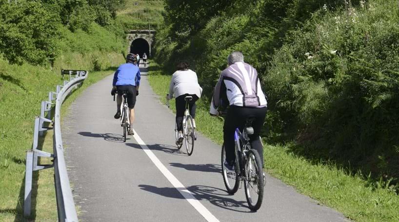 Ciclistas protestam contra possível uso obrigatório de capacetes
