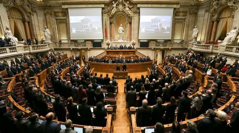 Parlamento de pé na evocação de Mário Soares