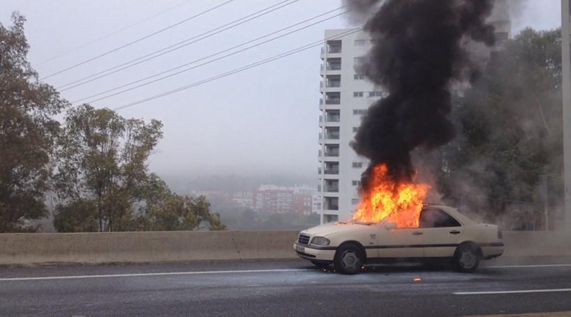 Táxi em chamas na A5