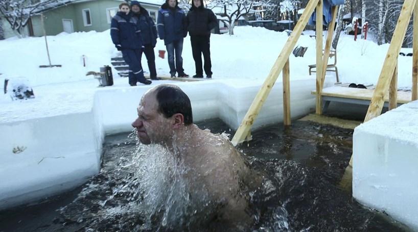 Crentes mergulham em águas geladas de Minsk
