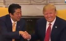 Os estranhos apertos de mão de Donald Trump