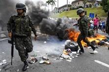 Exército brasileiro tenta controlar protestos em Vitória