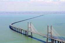 Colisão entre moto e carro faz um morto na Ponte Vasco da Gama