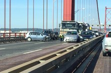 Ponte 25 de Abril cortada no sentido norte-sul devido a acidente