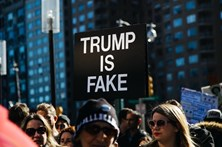 Norte-americanos na rua para protestar contra Trump
