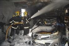 Carro destruído em incêndio numa garagem