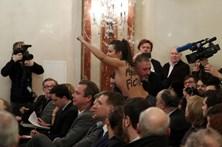 Manifestante em topless interrompe discurso de Le Pen