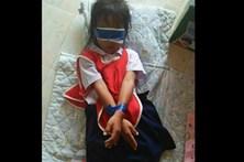 Meninas amarradas e vendadas em escola por rasgarem papel