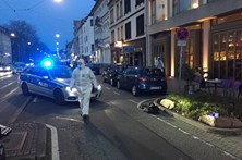 Carro abalroa multidão e condutor foge armado na Alemanha
