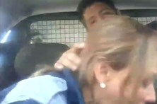 Casal de polícias filma sexo no carro-patrulha