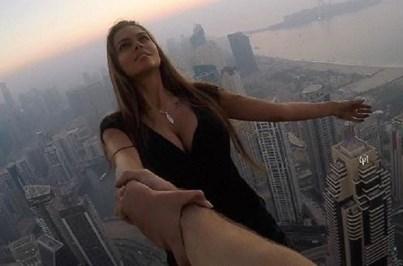 Sessão fotográfica de alto risco a 300 metros de altura