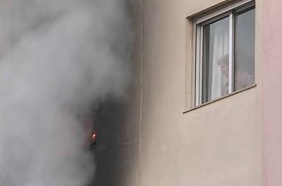 Moradores em pânico no interior de prédio em chamas em Lisboa