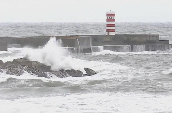 Cinco barras do continente fechadas devido à agitação marítima