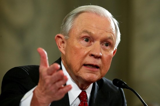 Sessions omitiu contactos com representantes russos