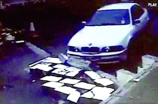 Homem irritado destrói muro com o carro