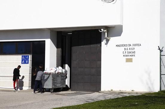 Três reclusos serram grades e fogem de Caxias