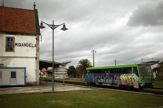 Comboio volta ao Tua para turistas e locais