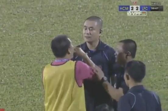 Jogadores suspensos por protesto insólito contra penálti