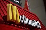Reclusos comem McDonald's dentro da prisão