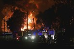 Violento incêndio em fábrica de papel fere bombeiro