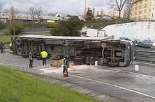 Camião tombou no acesso à A28 no Porto