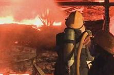 Incêndio consumiu armazém comercial no Carregado