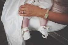 Bebé de três meses morre asfixiado nos braços da mãe