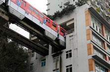 Estação de comboio atravessa edifício na China