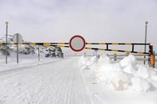 Primeiro nevão da época condiciona acesso à Serra da Estrela