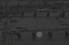 Vídeo mostra atropelamentos e mulher a atirar-se à água