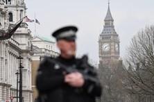 Saída de fumo de arranha-céus assuta polícia britânica