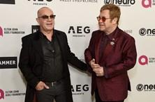 Elton John celebra 70 anos na companhia de amigos