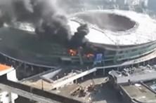 Estádio Hongkou em chamas