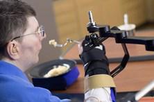 Tetraplégico mexe mão e braço com o pensamento