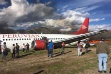 Avião incendeia-se ao aterrar no Peru
