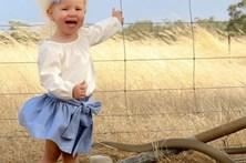 Criança posa para foto com cobra venenosa ao lado